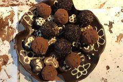 Truffels in schaaltje van chocolade
